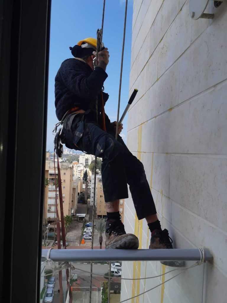 עבודות בגובה - ביצוע עבודות תיקון ואיטום